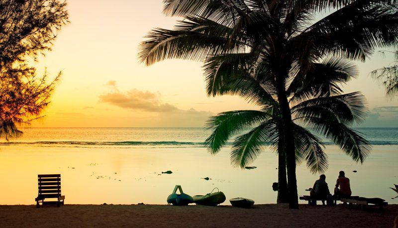 На берегу океана. Острова Кука.
