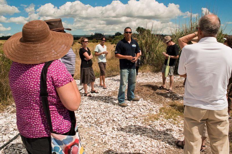 Посетители внимательно слушают работника фермы