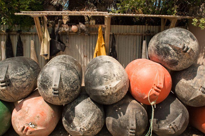 Поплавки и рабочая одежда служащих фермы.