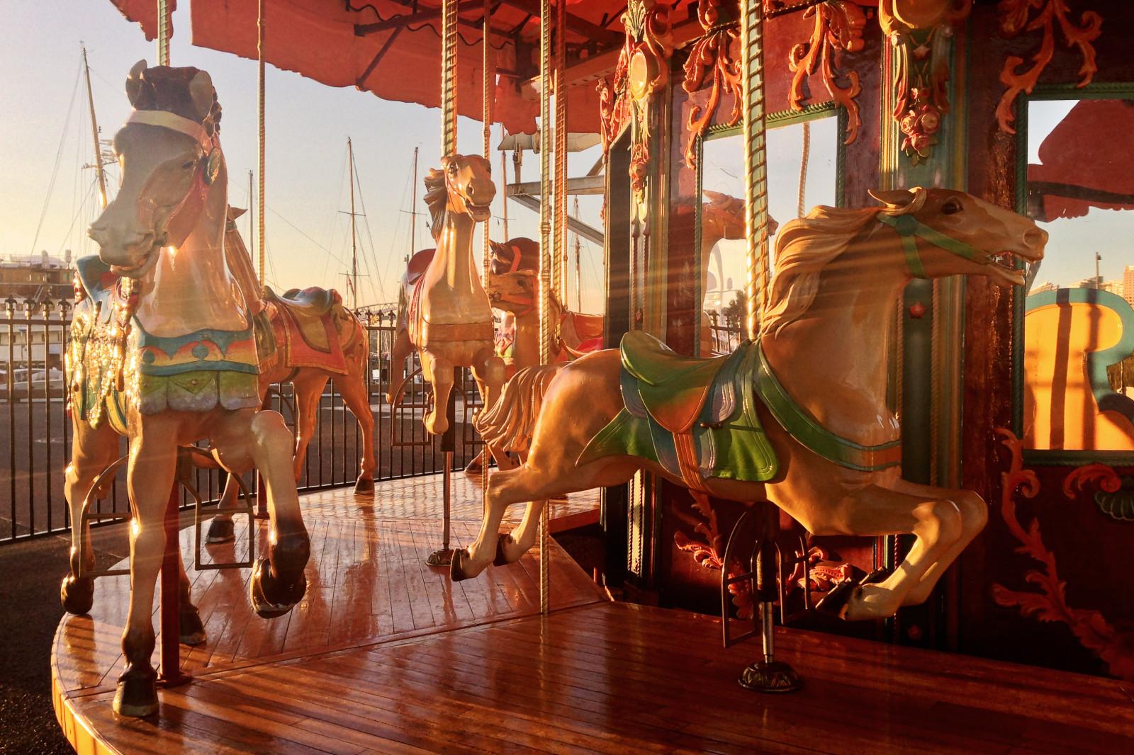 Cчастливые лошади карусельные лошади