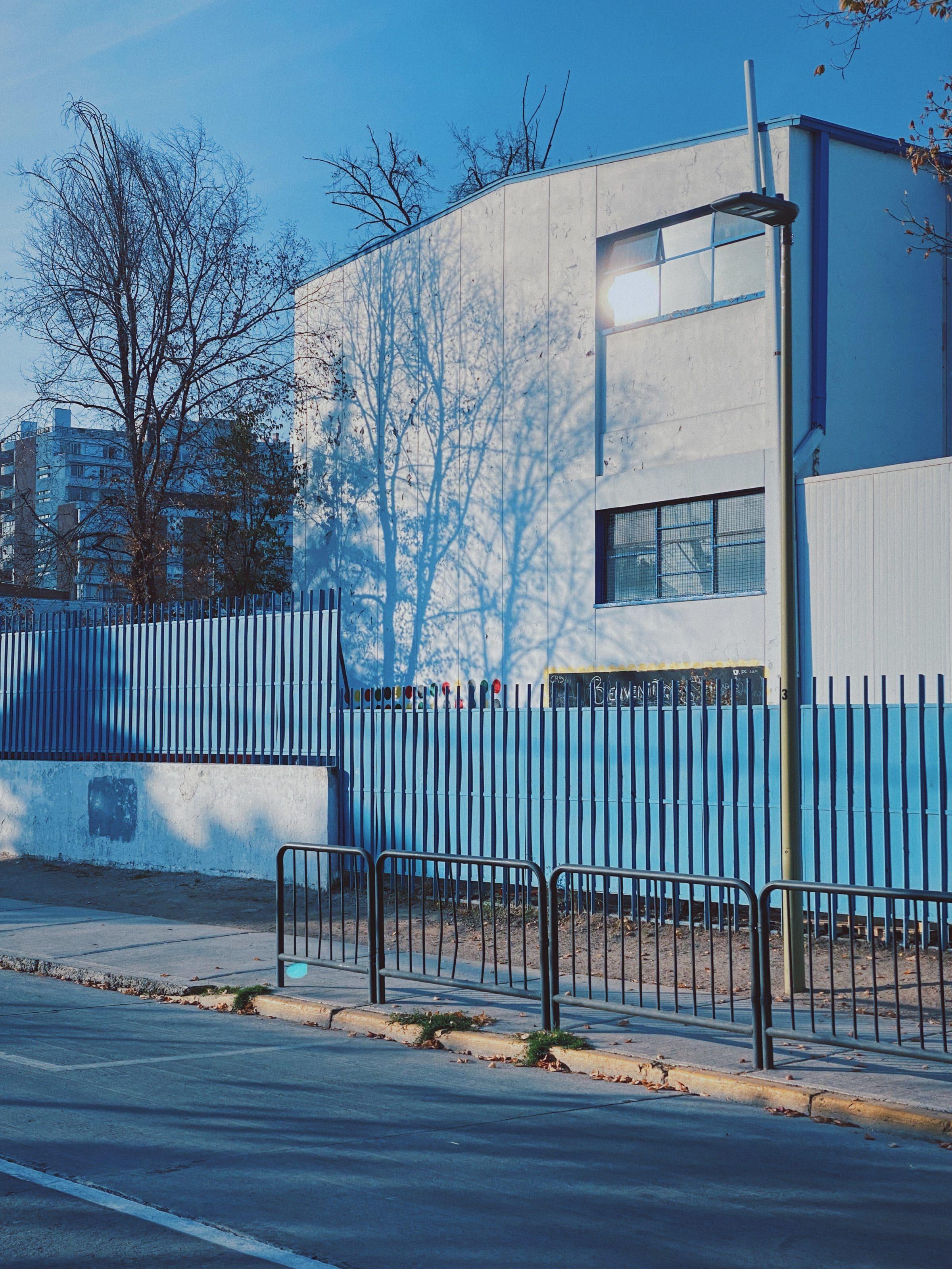 Тени на стене в Сантьяго