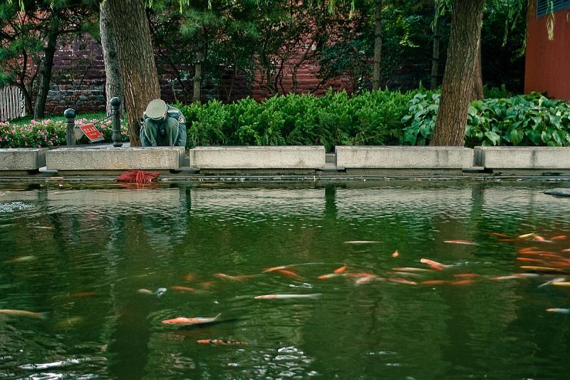 Охранник у пруда в парке