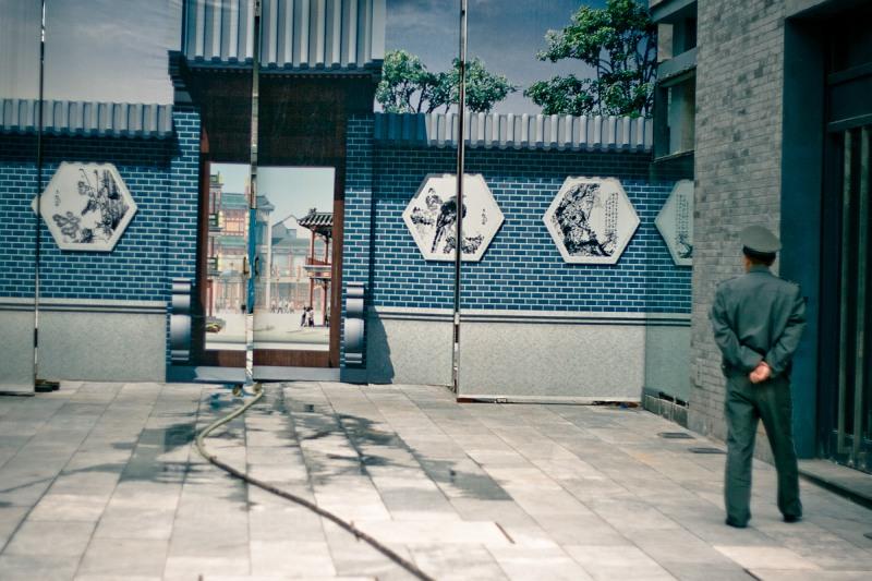 Охранник и муляж на Qianmen Donglu