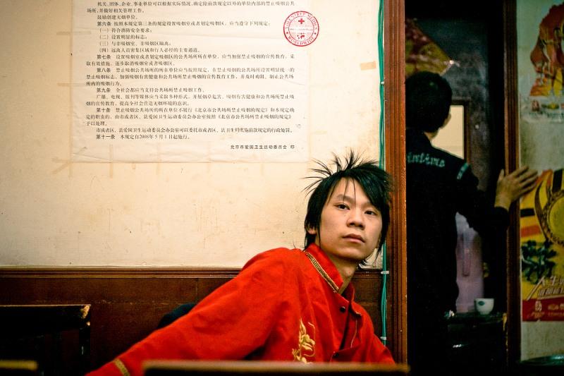 Официант в пекинском кафе