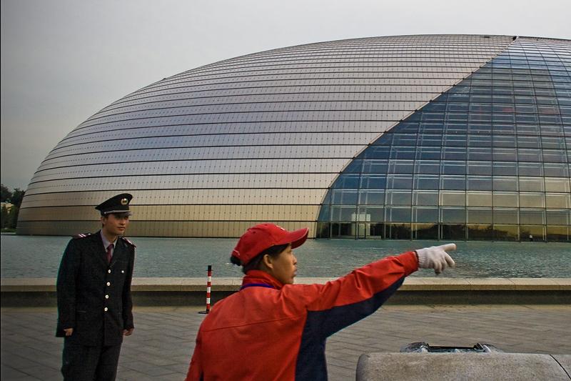 Женщина и полицейский у Пекинской оперы