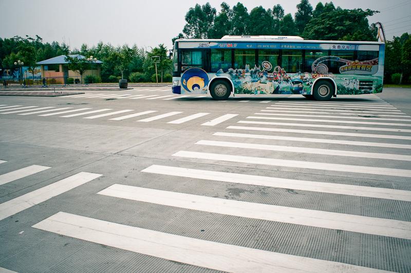 Автобус у входа в парк развлечений