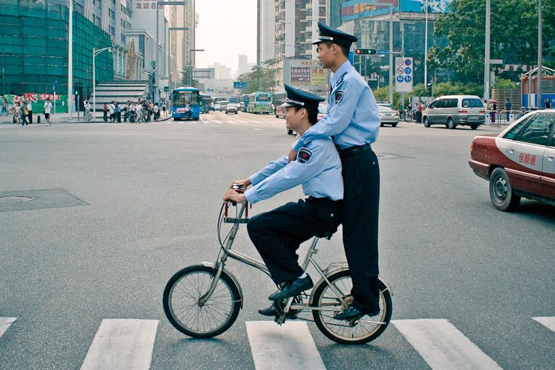 Игручие китайские полицейские