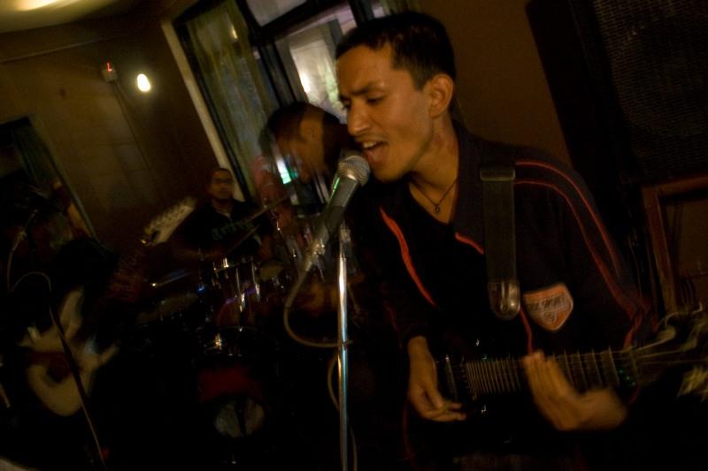 Молодые исполнители в туристическом баре