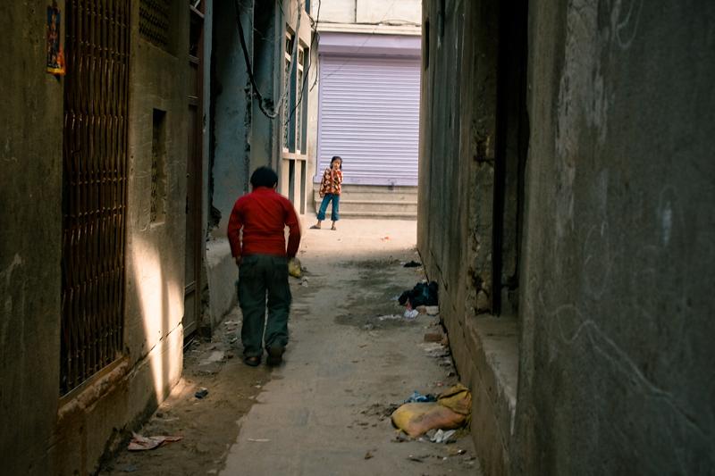 Девочка и мальчик в переулке