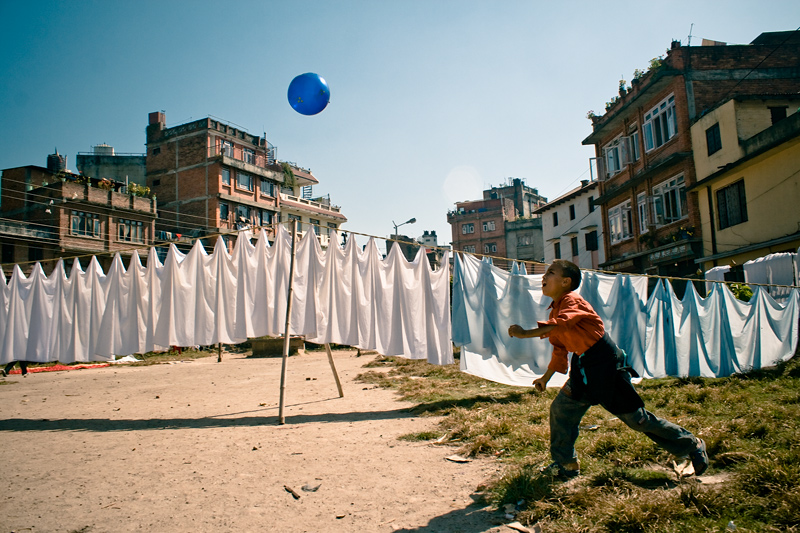 Мальчик, играющий с мячом