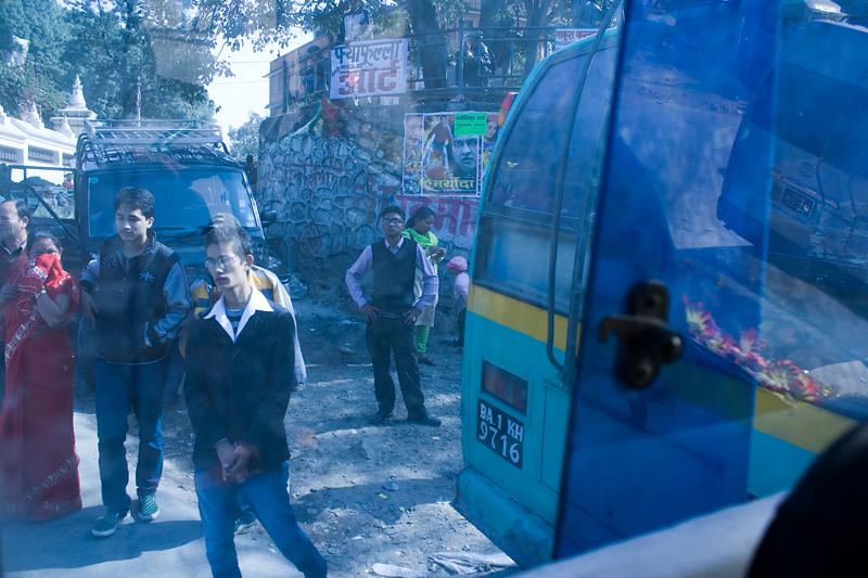 Через синее стекло автобуса