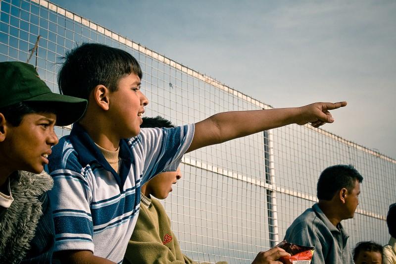 Мальчик, указывающий на поле