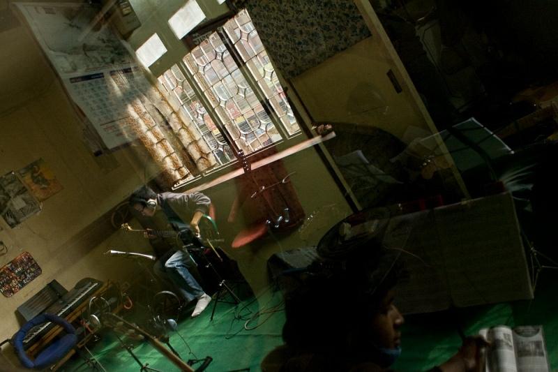 Класс гитары в отражении дверного стекла