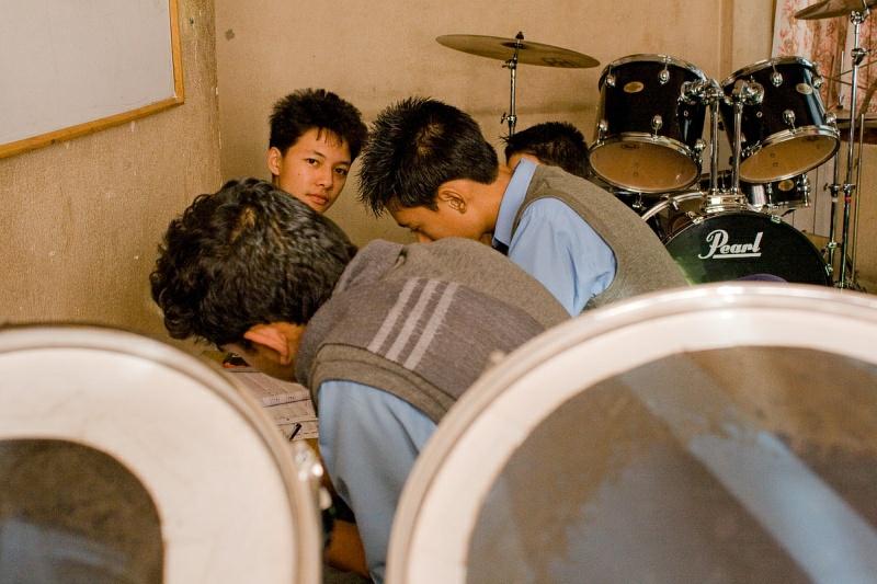 Ученики в классе ударных инструментов