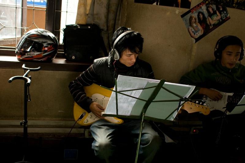 Студент класса гитары с шлемом