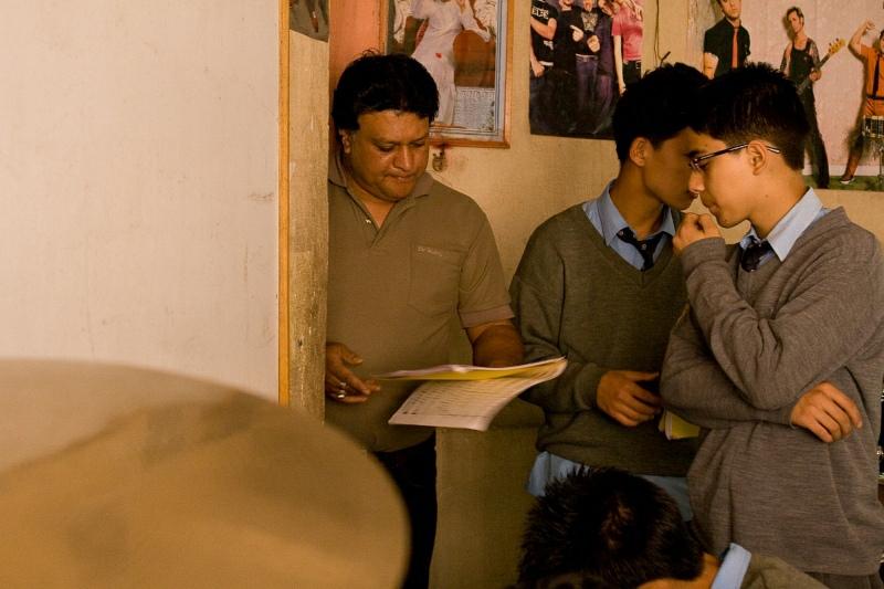 Учитель, проверяющий тетради у студентов