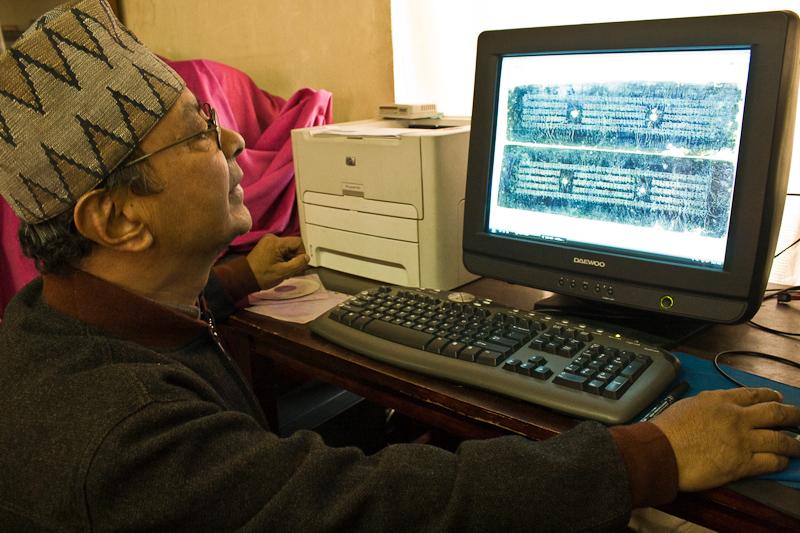 Архивариус показывает экспонаты на копмьютере