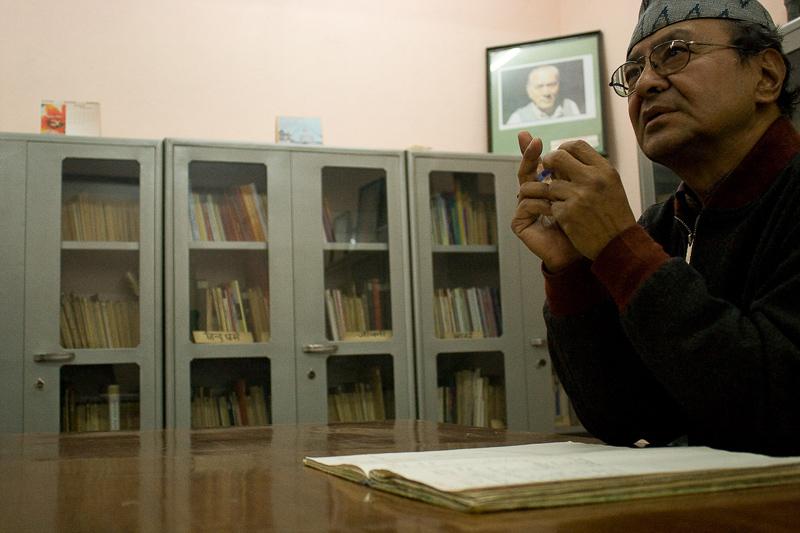 Архивариус в офисе архива