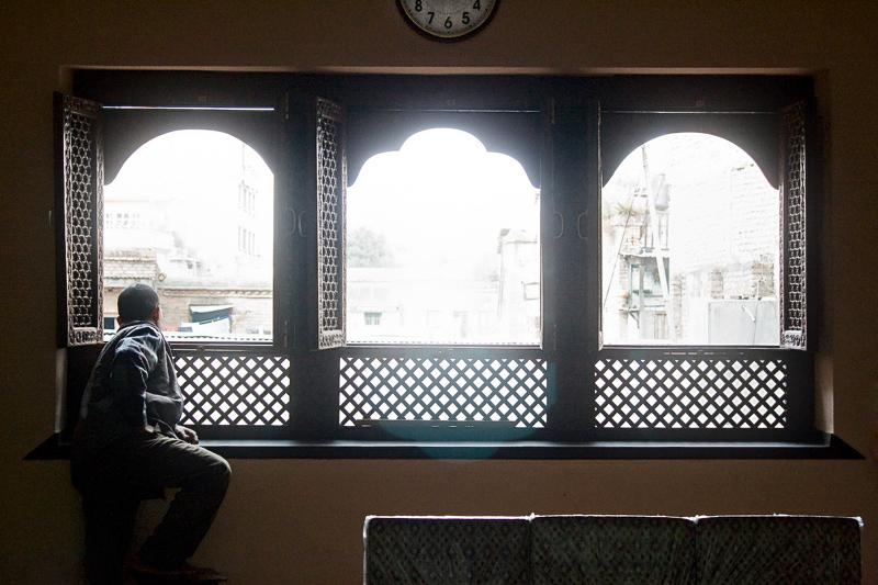 Часы над окнами