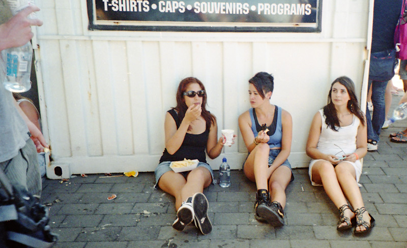 Девушки отдыхают близ сувенирной лавки