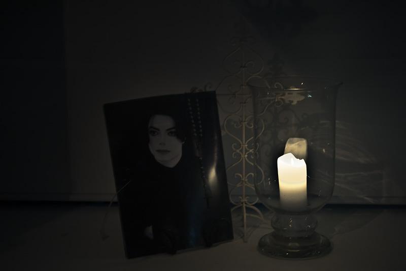 В память о Майкле Джексоне, витрина парикмахерской