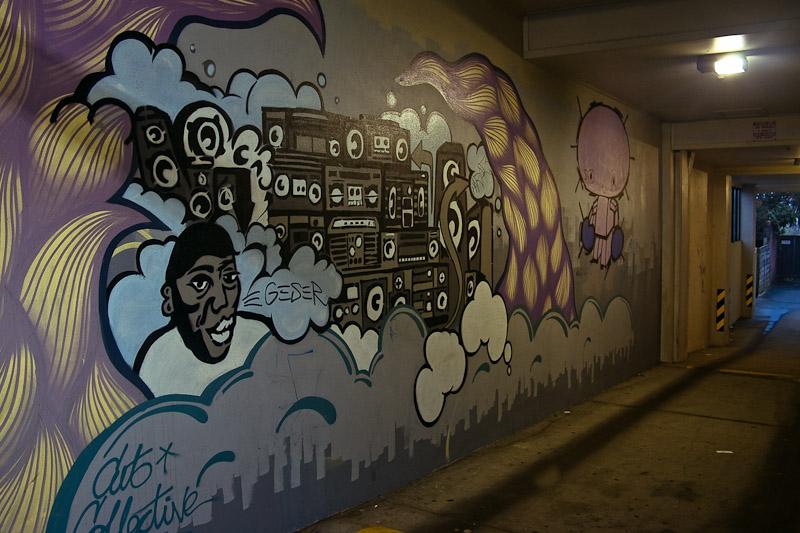 Изрисованные стены в переулке