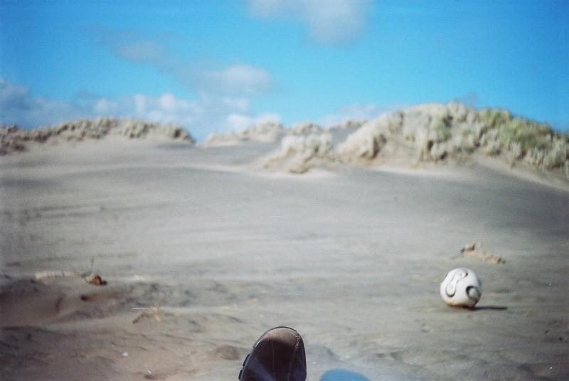 Игра в мяч на пляже.