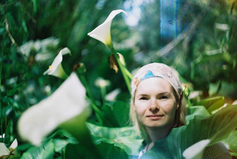 Наташа в кустах.