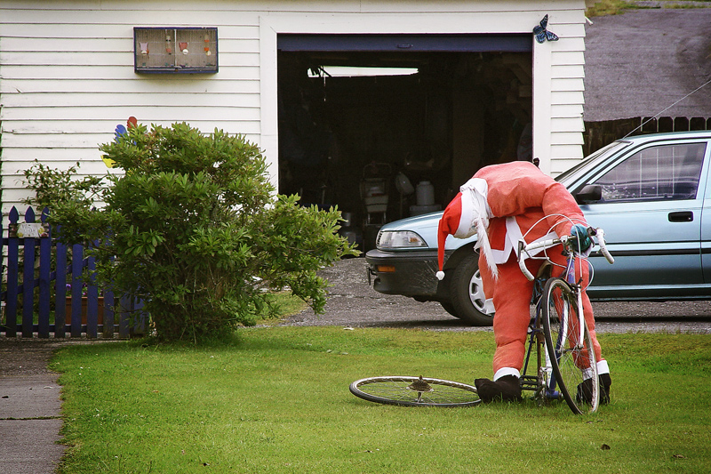 Пьяный Дед Мороз на велосипеде