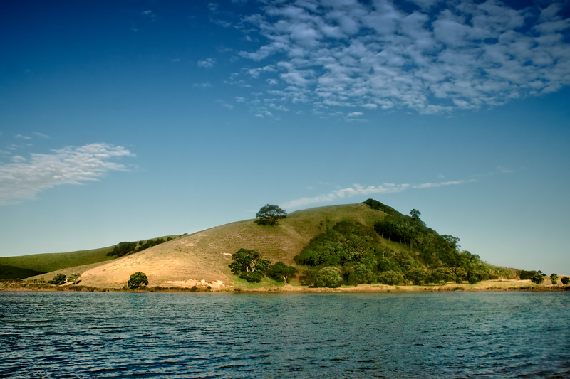 Холм за озером
