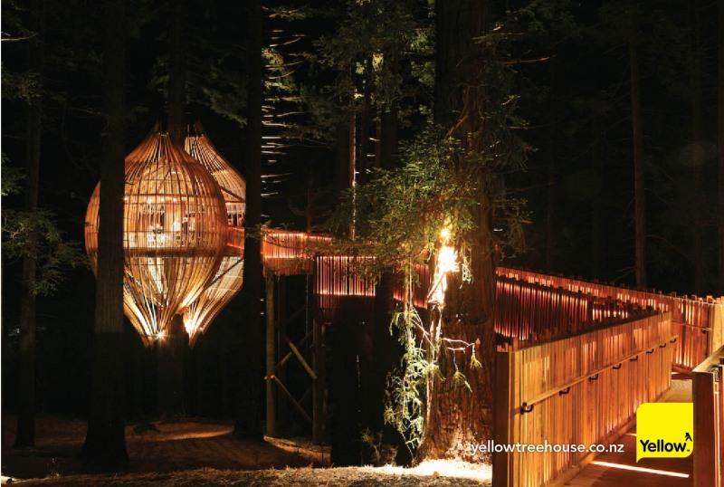 Ресторан на дереве ночью
