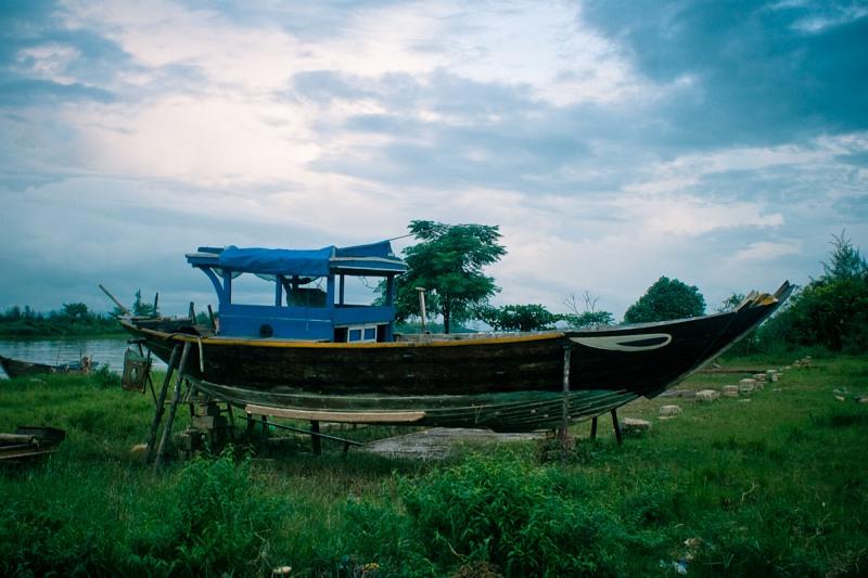 Лодка с традиционной раскраской