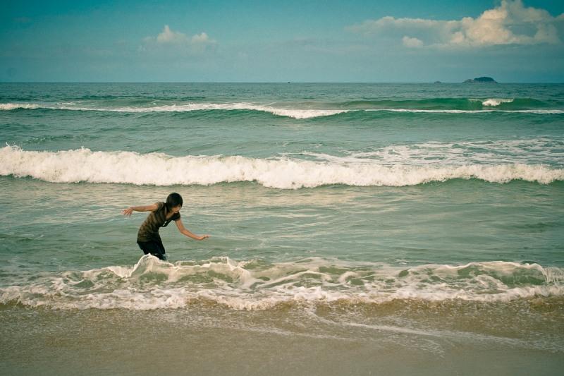 Девочка, играющая с волнами