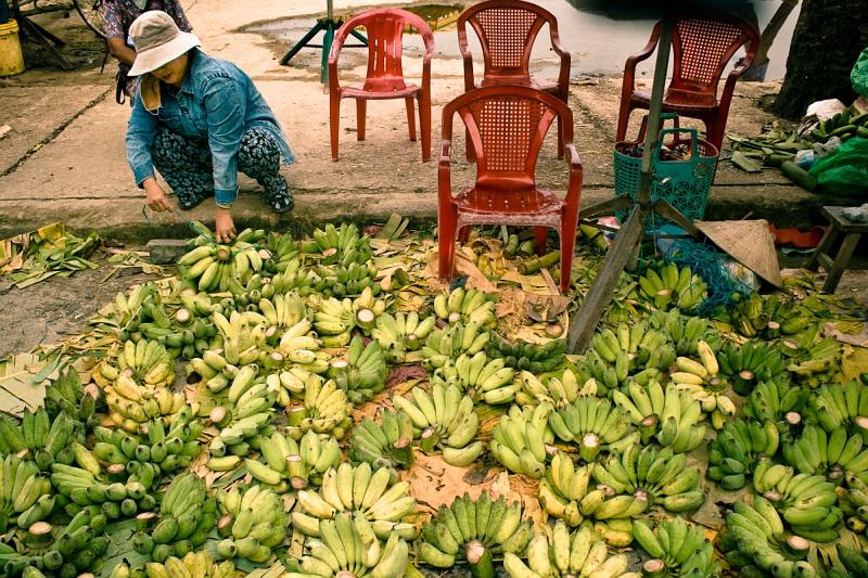 Бананы и красные стулья