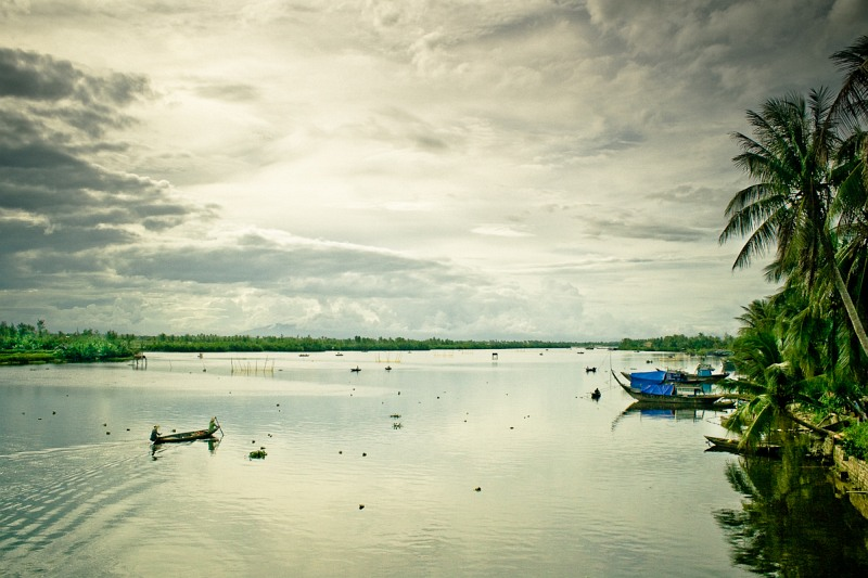 Рыбаки на реке